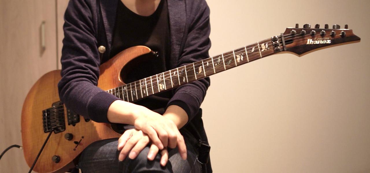 エレキギターを持ってトーク