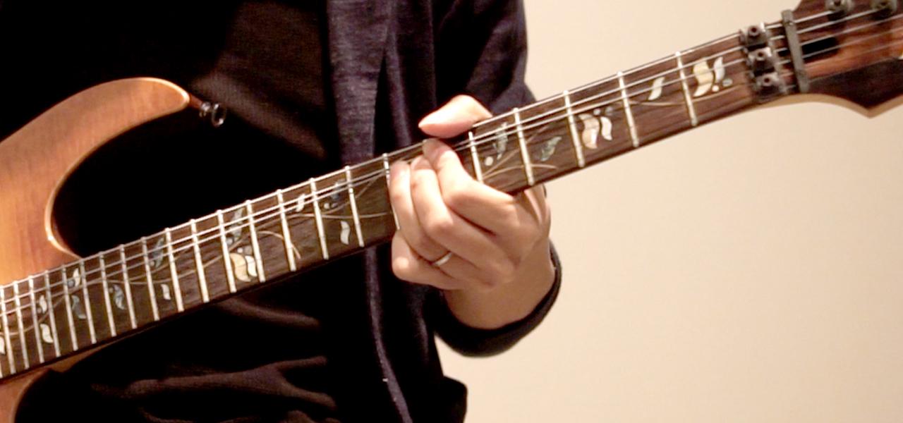 1〜3弦は上に持ち上げる