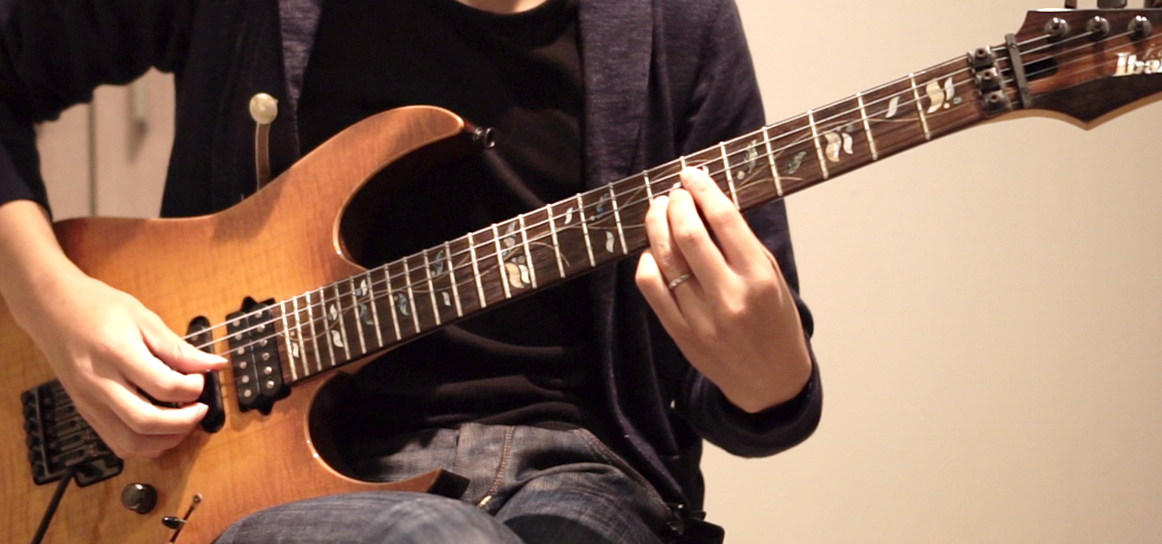 3弦7フレットを押さえるギタリスト