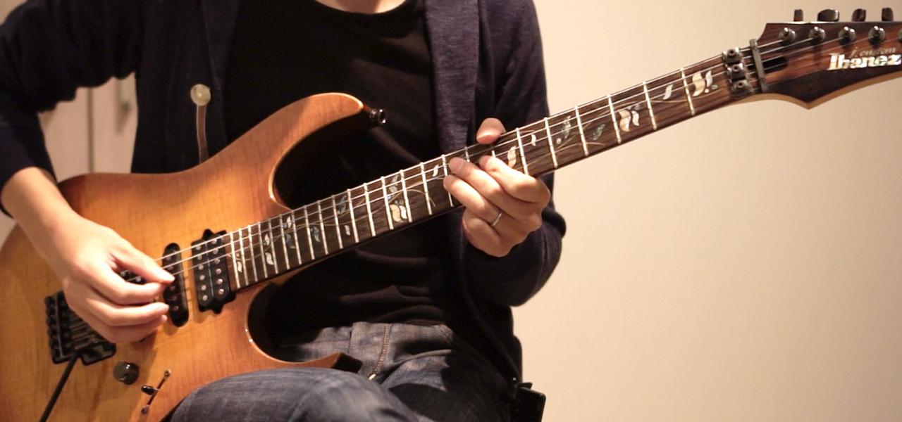 3弦9フレットを押さえるギタリスト
