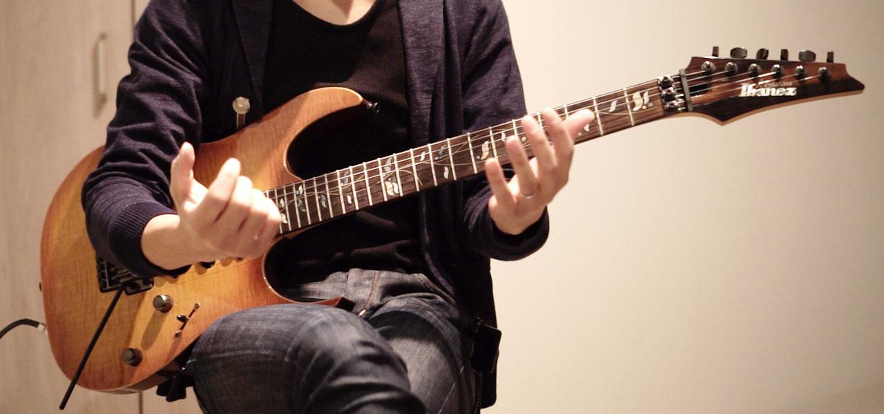 ギター持っている男